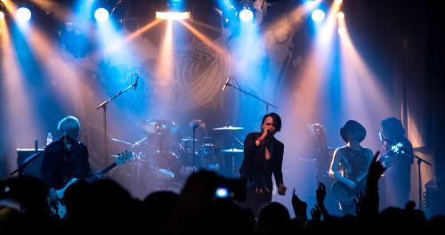 MUCC ist nicht nur bekannt für ihre harten udn dystopischen Songs, sondern auch für harmonische Medlodien, die Tatsuro mit seiner warmen Klangfarbe ausgereift ergänzt. ©Katharina Dohle