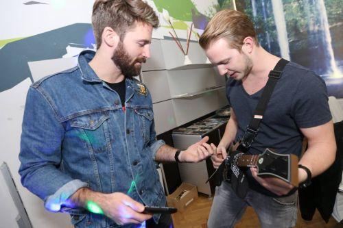 Redakteur Hannes und der andere Bart beim Einstudieren der Riffs. (c) David Bitzan | enemy.at