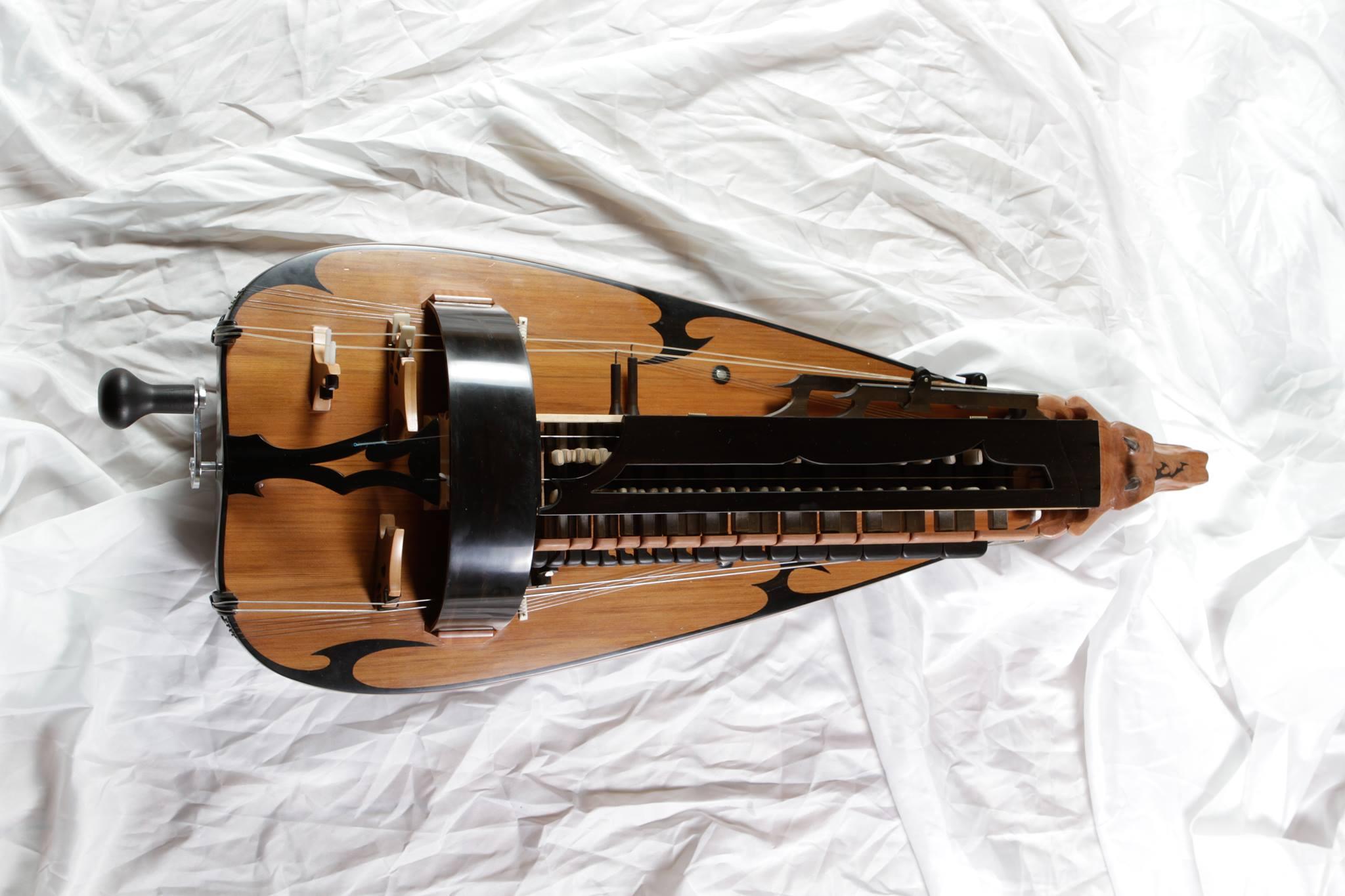 elektrische-drehleier-hurdy-gurdy-by-guilhem-desq